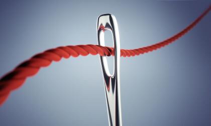 Nadel mit rotem Faden 2